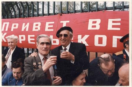 9 мая в Парке культуры и отдыха им.Горького.С фронтовым другом, художником Е.Э.Томашевским.Москва, конец 1990-х гг.