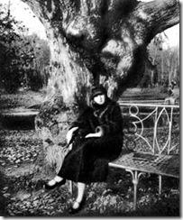 Ахматова на Гумилёвской скамье. 1926 год. Царское село. Фото Н. Пунина