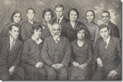 Сотрудники лаборатории ОЗДиП (Ленинград, 1932 г.). Л.А. Орбели 3-й слева в 1-м ряду, Ц.Л. Янковская 3-я справа во 2-м ряду