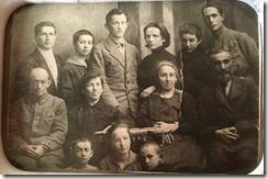 Ц.Л. и Р.А. Янковские (стоят в центре) после свадьбы в кругу семьи (Гомель, 1920 г.)