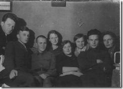 Встреча Нового года на 7-й линии (1941 г.). Справа налево: Ц.Л. Янковская, сын Владимир, невеста сына, Т. Шустина, дочь Галина и др.